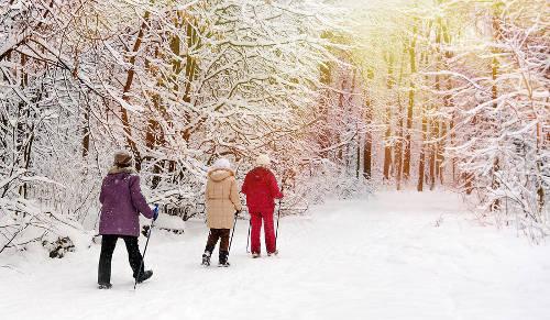 Zimowe rozrywki dla seniora. Co robić ze starszą osobą, gdy pada śnieg?