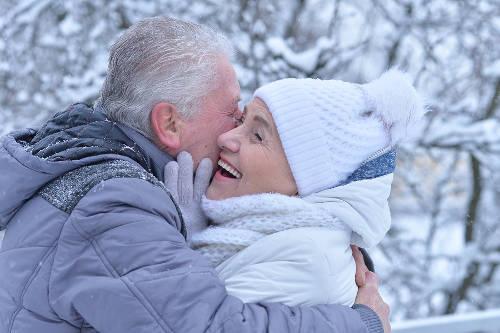 Ubrania dla seniora na zimę. O co powinien zadbać opiekun seniora?