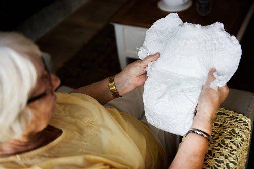 Nietrzymanie moczu to bardzo wstydliwa, ale również bardzo częsta dolegliwość u osób starszych - często pomaga pieluszkowanie