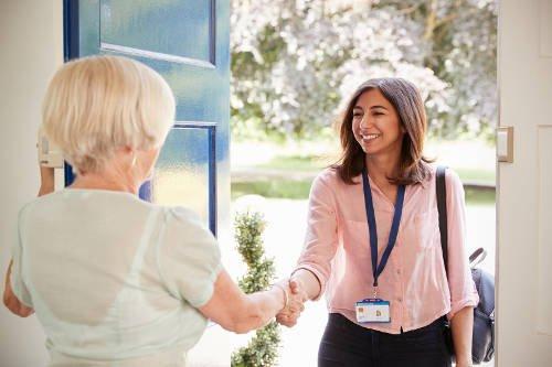 Poradnik dla klienta – jak przygotować się do przyjęcia opiekuna osoby starszej w domu