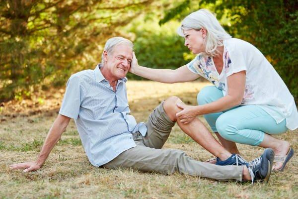 Upadki osób starszych. Opiekun osoby starszej może pomóc zapobiec upadkowi