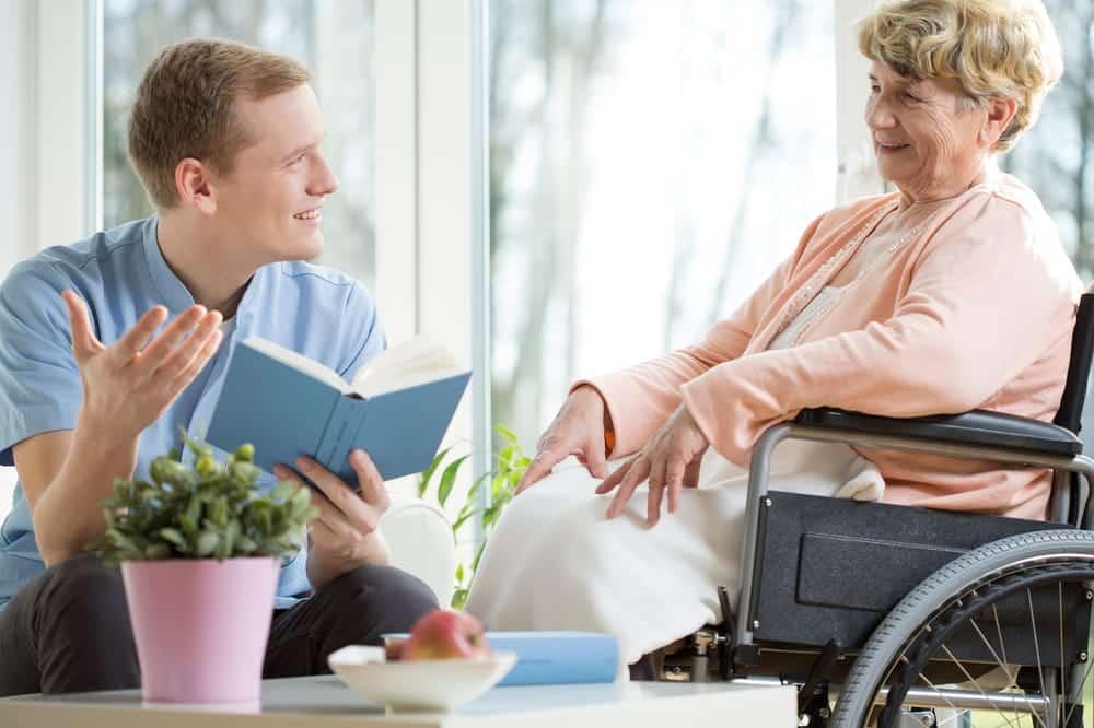 Opiekun umila czas osobie starszej