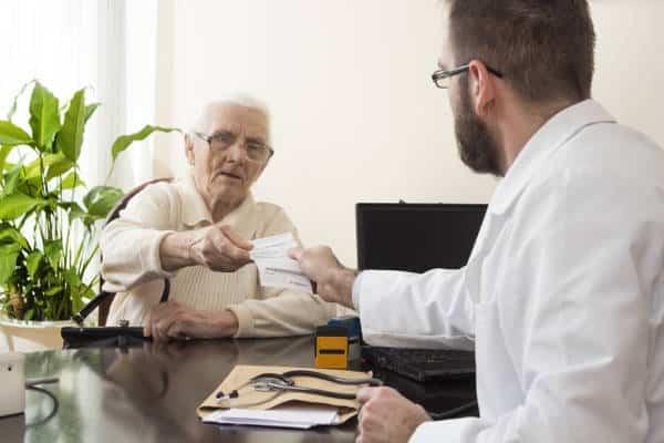 Wizyta seniora u geriatry.