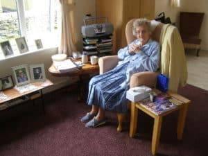 Zadowolona podopieczna domu spokojnej starości w Wielkiej Brytanii